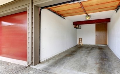 LARGE GARAGE SPACE WITH LOCKED GATE AVIALABLE